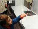 Familias visitan el museo en el día de su inauguración