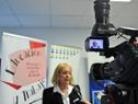 Ministra de Industria, Carolina Cosse, realizando declaraciones a la prensa