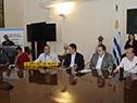 Autoridades en la sala de acuerdos de la Intendencia de Montevideo, con la presencia de trabajadores y propietarios de taxímetros.