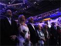 Autoridades y público asistente, interpretando las estrofas del Himno Nacional