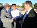 Ministro Víctor Rossi junto a Intendente de Canelones, Yamandú Orsi, y vecinos de Canelones
