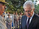 Ministro de Defensa Nacional, Jorge Menéndez, descubriendo las placas conmemorativas