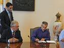 Ministro de Defensa, Jorge Menendez y el intendente Interino Oscar Curuchet firman el convenio