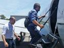 Roballo y Traversa sube al avión de la Fuerzas Aérea para realizar el recorrido por las costas del país