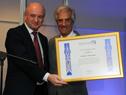 Daniel Zajfman entrega diploma al presidente Tabaré Vázquez
