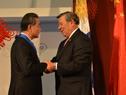 Rodolfo Nin Novoa condecora al canciller chino, Wang Yi