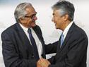 Enzo Benech y Tatsuhiro Shindo se saludan