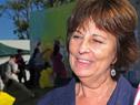 Presidenta del INAU, Marisa Lindner, junto a uno de los murales pintados en la terminal Colón de Montevideo
