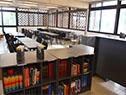 Biblioteca con espacio para estudiar