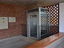 El edificio cuenta con un ascensor, que facilita la inclusión de estudiantes con dificultades para usar escaleras