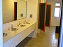 El edificio cuenta con baños para estudiantes y docentes y uno con acceso universal