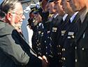 El ministro de Defensa Nacional, José Bayardi saluda a parte de la tripulación del Capitán Miranda