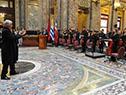 Tabaré Vázquez saluda a los directores de la Orquesta Sinfónica Juvenil y el Coro de Niños y Jóvenes del Sodre
