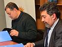 Conrado Ramos en representación de la Facultad de Ciencias Sociales, junto al titular de la Secretaría de Derechos Humanos, Nelson Villarreal