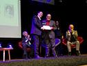 Pepe Vázquez recibe la medalla Delmira Agustini