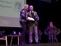 María Julia Muñoz hace entrega de la medalla Delmira Agustini a Ricardo Jarne