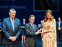 Álvaro Vázquez Delgado recibe el premio acompañado del canciller, Rodolfo Nin Novoa