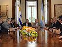 Reunión entre Tabaré Vázquez y Alberto Fernández, acompañados por representantes del Gobierno