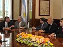 Reunión entre Tabaré Vázquez y Alberto Fernández, acompañados de representantes del Gobierno