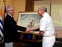 Tabaré Vázquez recibe un obsequio por parte del almirante Carlos Avilleira