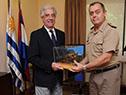 Tabaré Vázquez recibe un obsequio por parte del general Claudio Feola