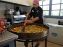 Nilson, reconocido cocinero, trabajando para el programa Pelota al Medio a la Esperanza