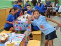 Niños beneficiarios del programa Pelota al Medio a la Esperanza, durante el almuerzo