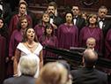 El Coro del Sodre y Luz del Alba Rubio entonan el himno nacional