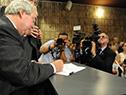 Ministro de Transporte y Obras Públicas, Luis Alberto Heber firma el libro de actas