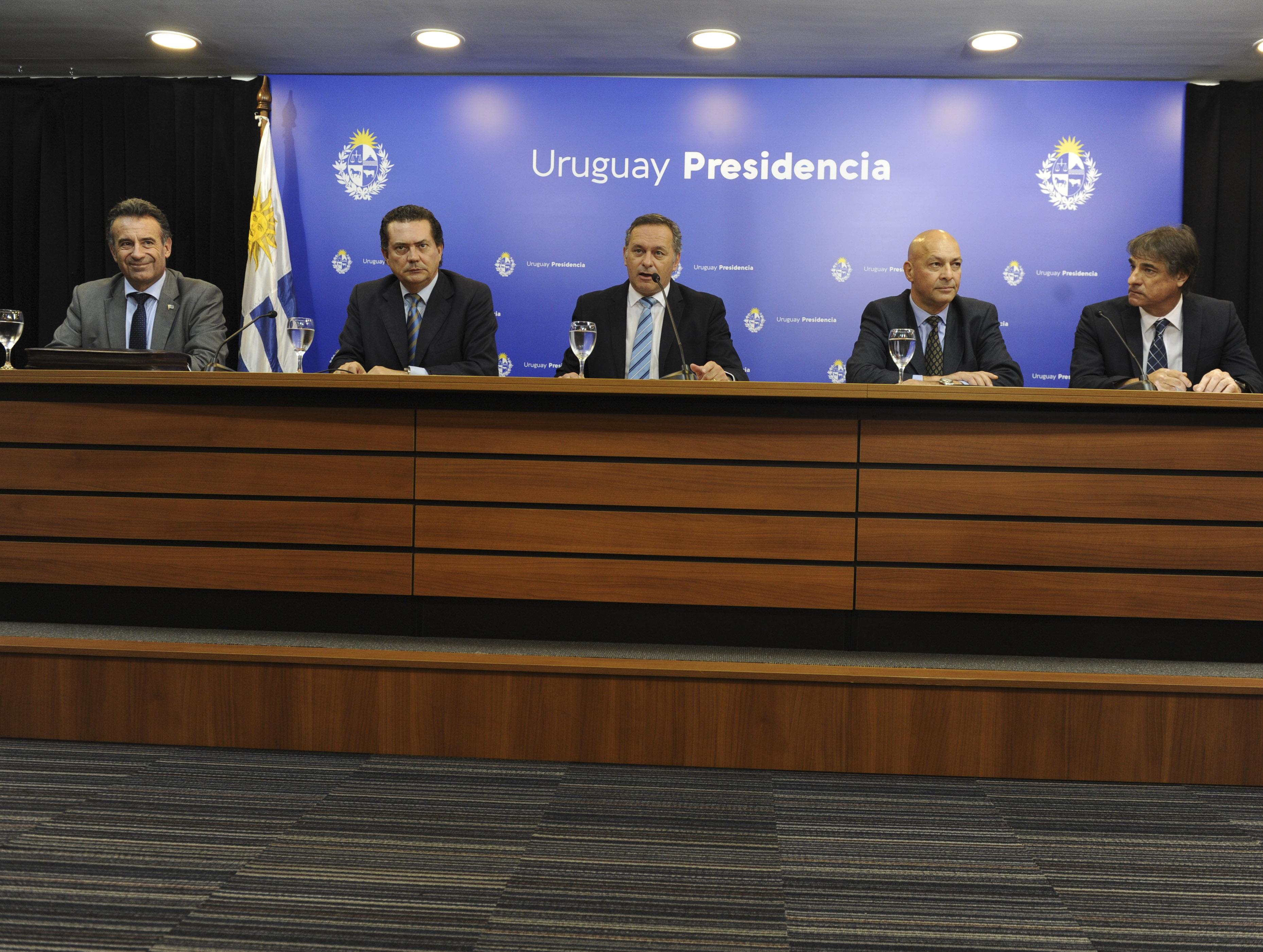 Ministro de Salud Pública, Daniel Salinas; prosecretario, Rodrigo Ferrés; secretario de Presidencia, Àlvaro Delgado; Hugo Odizzio y Nicolás Jodal