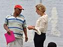 Autoridades del Mides dialogan con personas en situación de calle para el ingreso a instalaciones de estadio Centenario