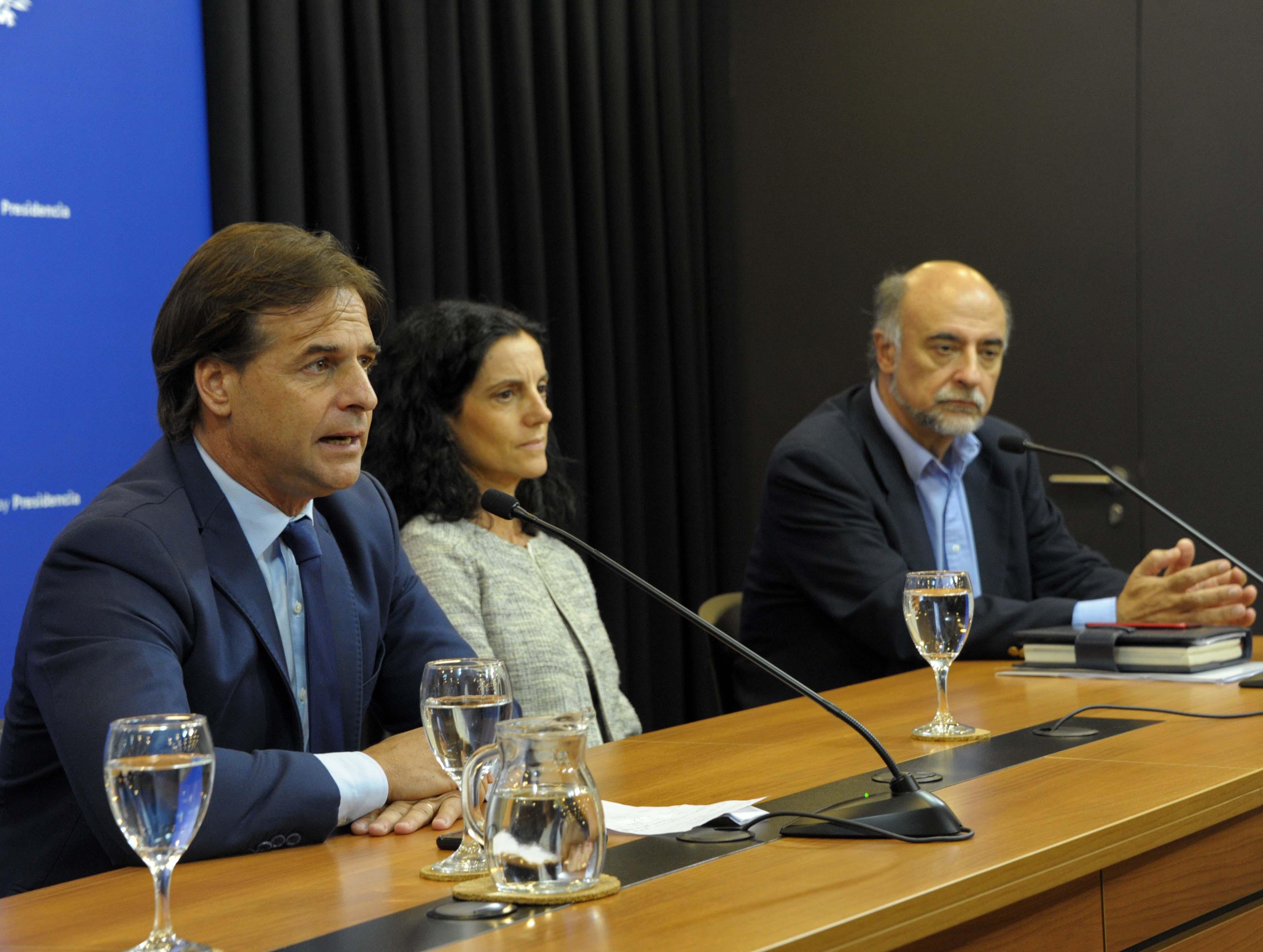 Presidente Luis Lacalle Pou, ministra de Economía y Finanzas, Azucena Arbeleche, y Pablo Mieres, ministro de Trabajo y Seguridad Social