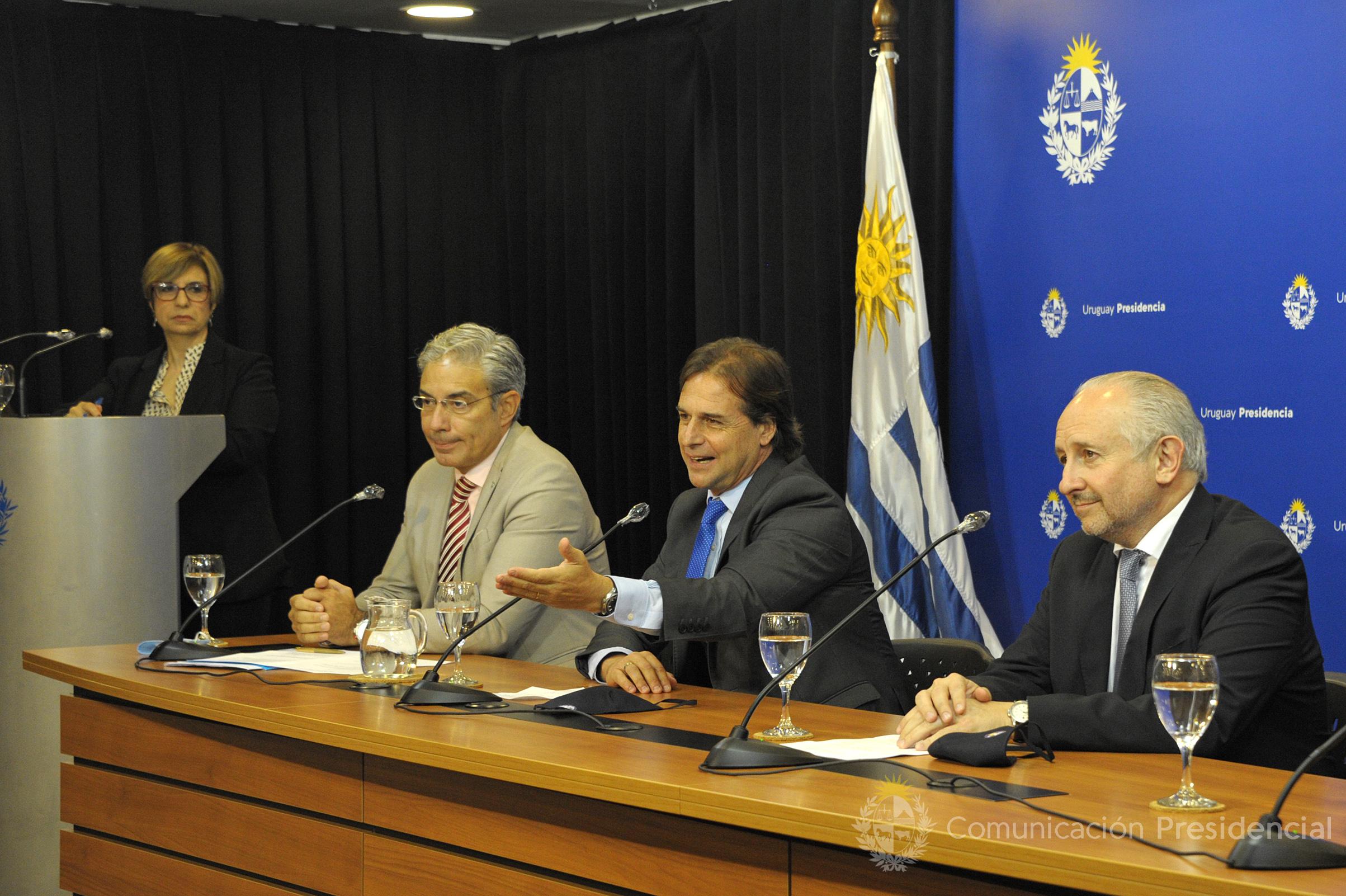 Robert Silva, presidente del Codicen de la ANEP, presidente de la República, Luis Lacalle Pou, y ministro de Educación y Cultura, Pablo da Silveira