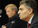 Director de la Secretaría Nacional del Deporte, Sebastián Bauzá, e Isaac Alfie, director de OPP, en conferencia de prensa