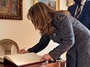 Escribana de Presidencia firma el acta de asunción