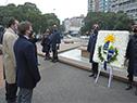 Presidente, Luis Lacalle Pou, coloca ofrenda floral al pie del Obelisco a los Constituyentes de 1830, acompañado por ministro Pablo Bartol