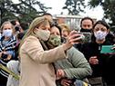 Lorena Ponce de León se fotografía con vecinos locales