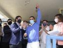 El presidente Luis Lacalle Pou saluda a ciudadanos de Rocha