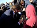 Presidente Luis Lacalle Pou es recibido por ciudadanos de Rocha