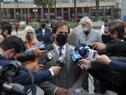 Presidente Luis Lacalle Pou realizando declaraciones a la prensa al finalizar colocación de ofrenda floral al pie del monumento al general Artigas
