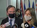 Lorena Ponce de León, haciendo declaraciones a la prensa, junto al Subdirector de la Oficina de Planemiento y Presupuesto, José Luis Falero
