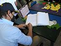 Presidente Luis Lacalle Pou firma el libro de visitas de la Escuela Rural