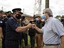 Ministro del interior, Jorge Larrañaga, saluda a efectivos policiales