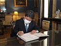 Canciller japonés, Toshimitsu Motegi, firma el libro de visitas en el Palacio Santos