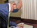Ministro de Defensa Nacional, Javier García, firma el libro de actas