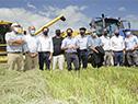 Lacalle Pou inaugurando cosecha de arroz junto a autoridades nacionales