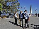 Presidente Lacalle Pou, acompañado por el intendente de Soriano, Guillermo Besozzi, en la playa de la Agraciada