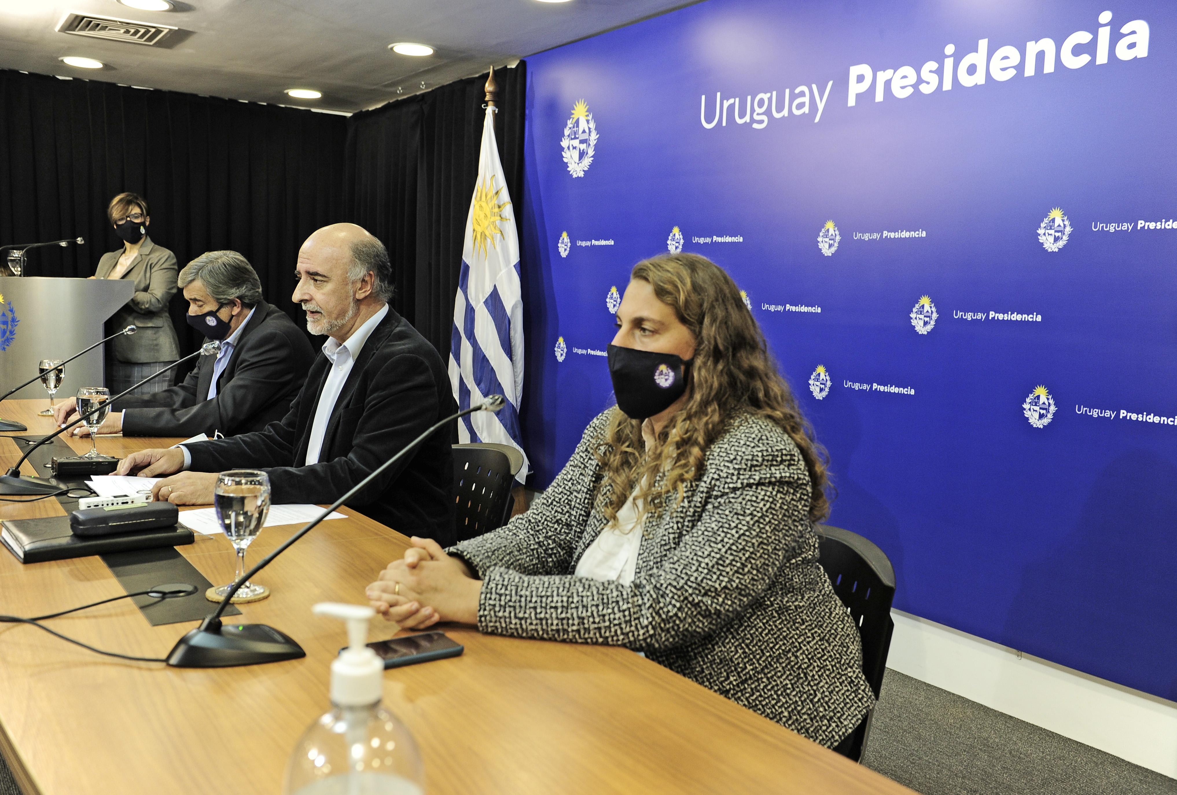 Ministro Pablo Mieres, acompañado por el subsecretario Mario Aritzi y la directora general de Secretaría, Valentina Arlegui