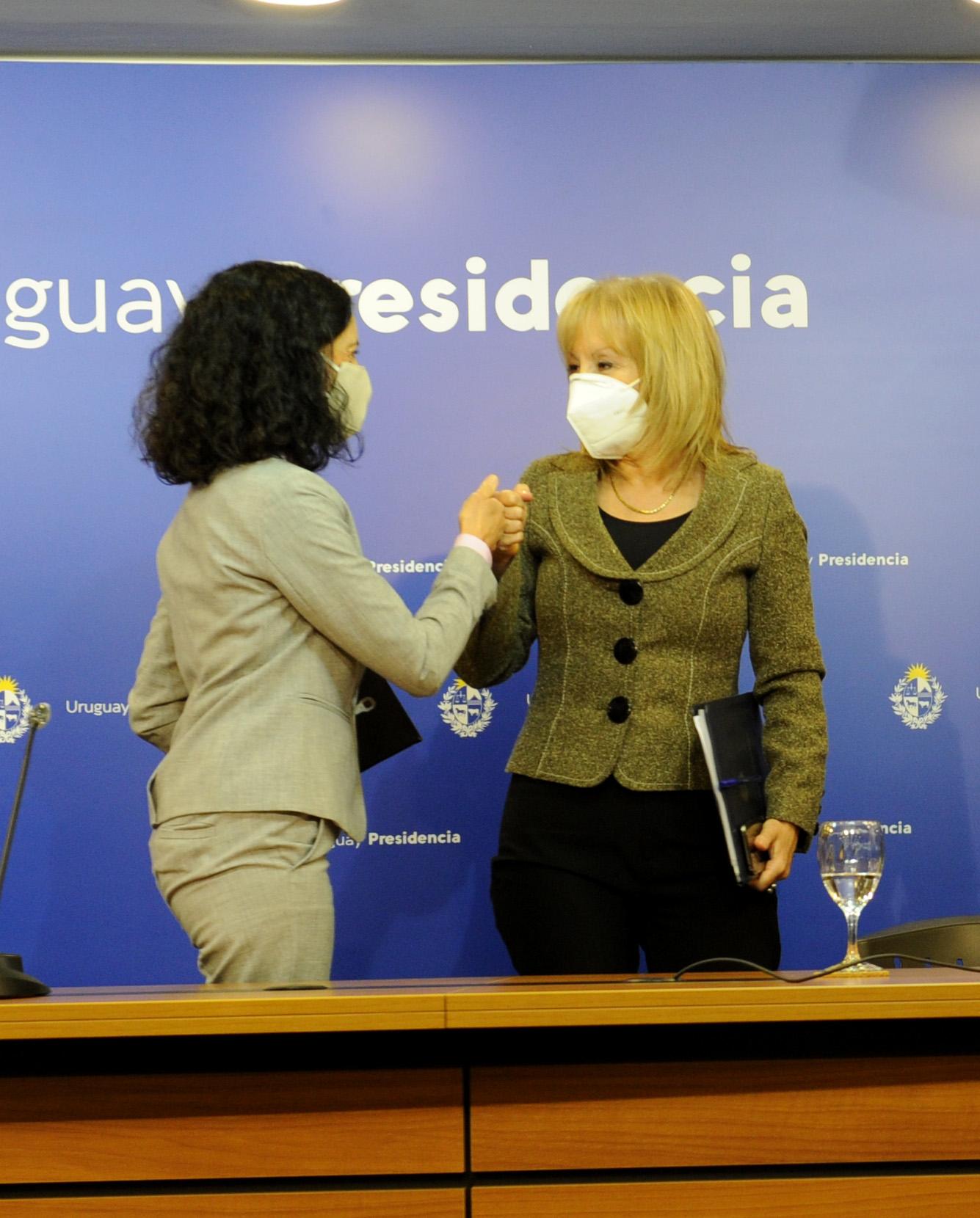 Ministra de Economía, Azucena Arbeleche, junto a la intendenta de Montevideo, Carolina Cosse