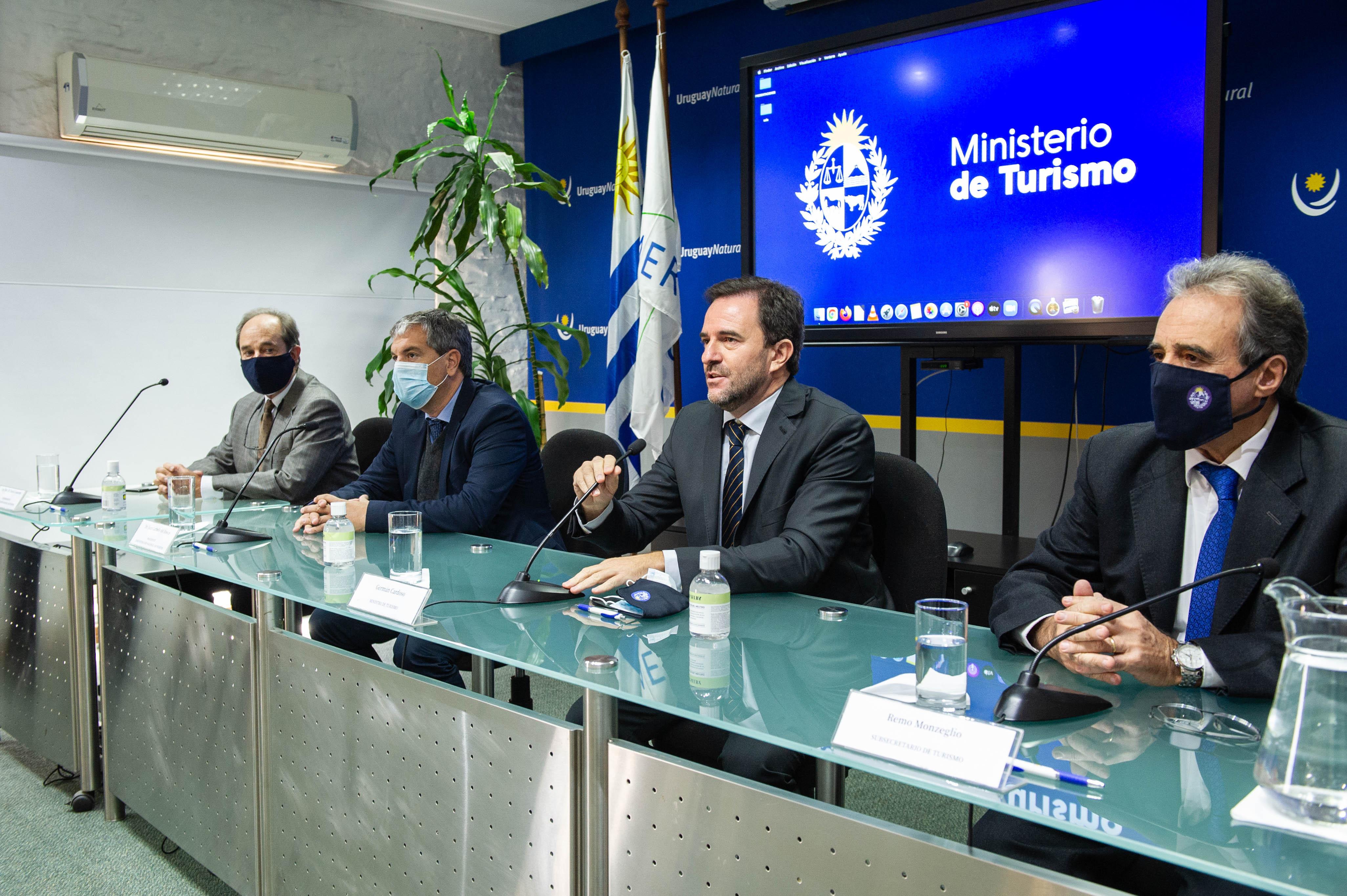 Autoridades del Ministerio de Turismo y la ANP en firma de contrato de comodato